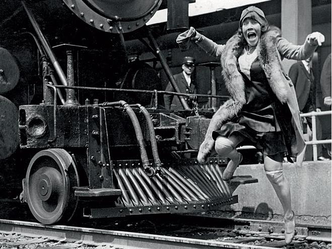 Женщина перед поездом