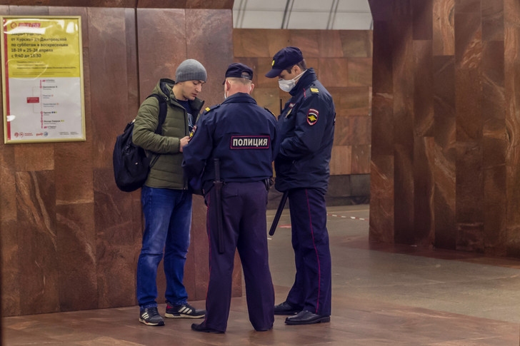 Фото №2 - Как правильно вести себя с полицейским, если он…