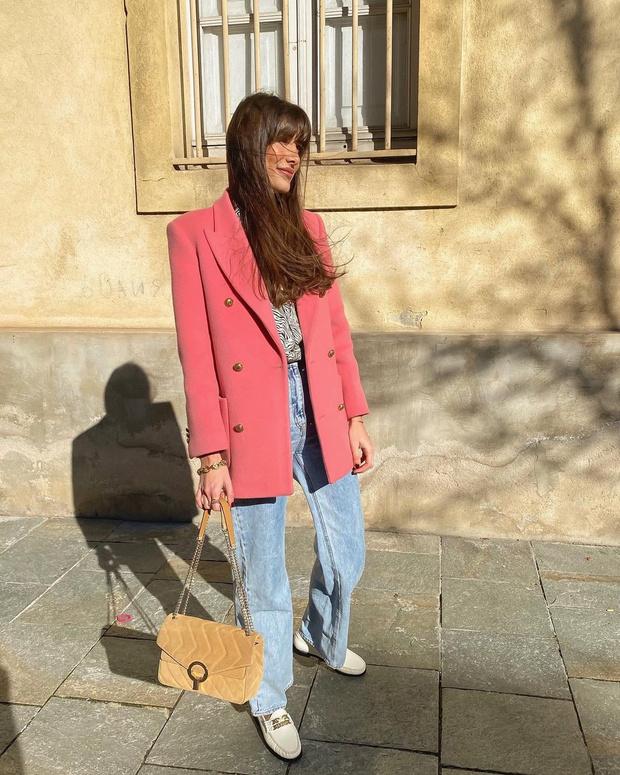 Фото №1 - Прямые джинсы + розовый пиджак: француженка Жюли Феррери показывает, что носить будущей весной