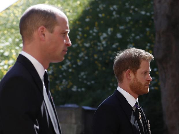 Фото №1 - Напряжение и прощение: о чем говорит язык тела Гарри и Уильяма на похоронах принца Филиппа