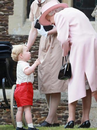 Фото №3 - Любимая бабушка: почему у Елизаветы лучше выходит общаться с детьми Кембриджей, чем у Камиллы