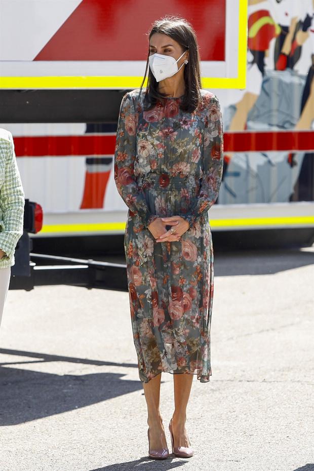 Фото №2 - Усыпана чайными розами: новое появление королевы Летиции