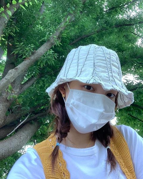 Фото №1 - Как стильно носить защитную маску летом: учимся у Наён из TWICE