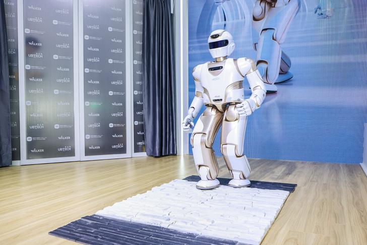 Фото №1 - В Китае создали человекоподобного домашнего робота