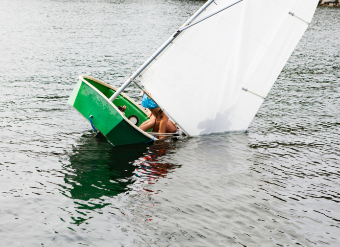 Падающая в воду лодка с парусом