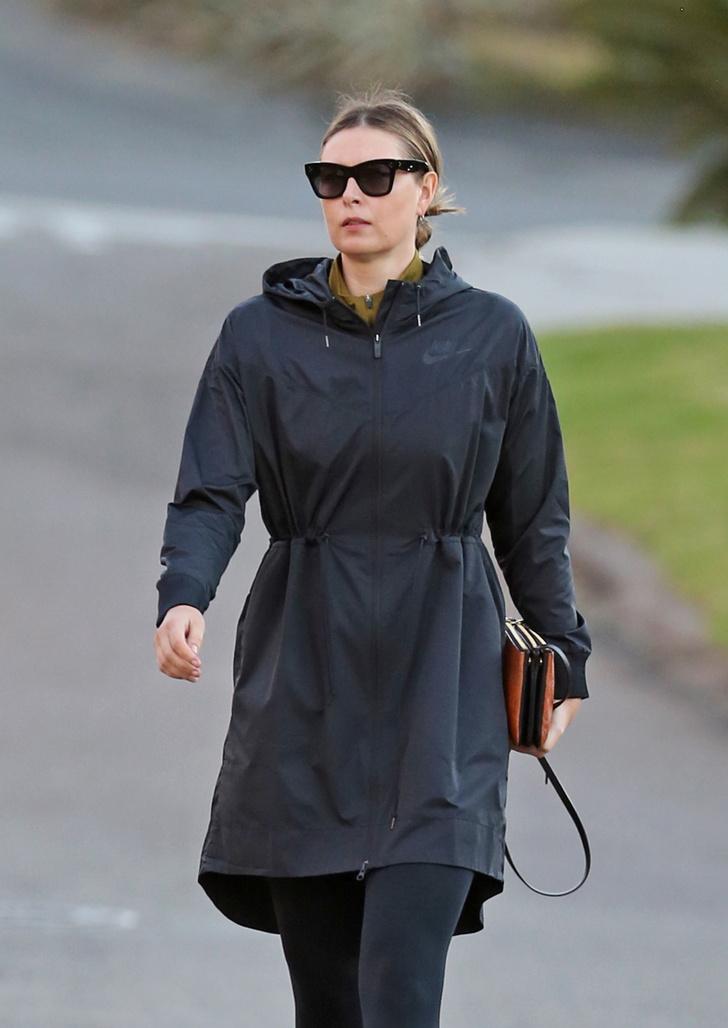 Фото №1 - Иногда невесты носят черный: Мария Шарапова на прогулке в предверии «королевской» свадьбы