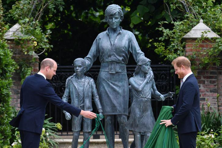 Фото №3 - Мама была бы рада: принцы Уильям и Гарри тепло встретились на открытии памятника принцессе Диане