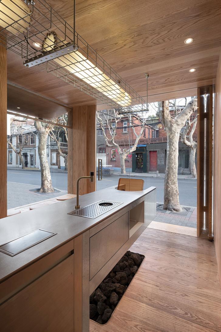Фото №6 - Уютное угловое кафе с контрастным интерьером в Шанхае