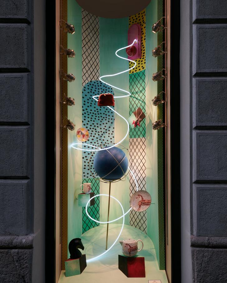 Фото №2 - Лука Никетто оформил витрины миланского бутика Hermès