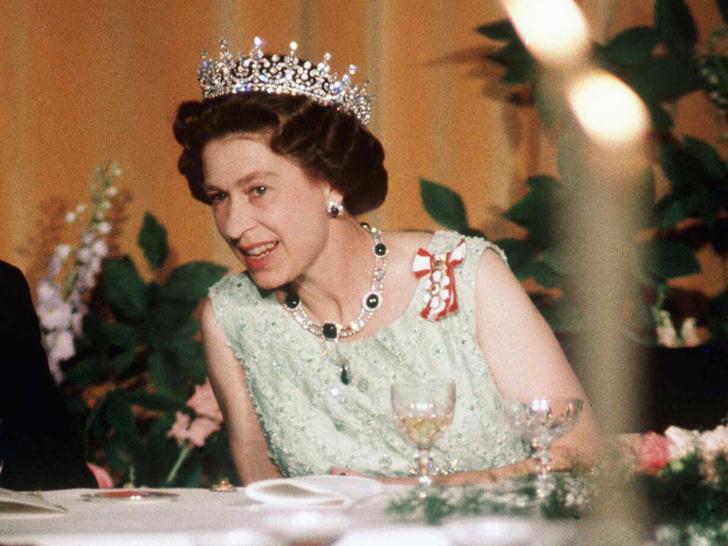 Фото №1 - Тайные знаки: как Ее Величество сообщает придворным, что нужно сменить блюдо