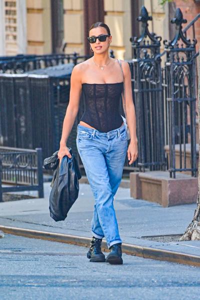 Фото №2 - Копия Кардашьян! Ирина Шейк гуляет по улицам в прозрачном корсете