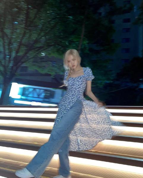 Фото №7 - Когда слегка похолодало, носи цветочное платье с джинсами, как Розэ из BLACKPINK