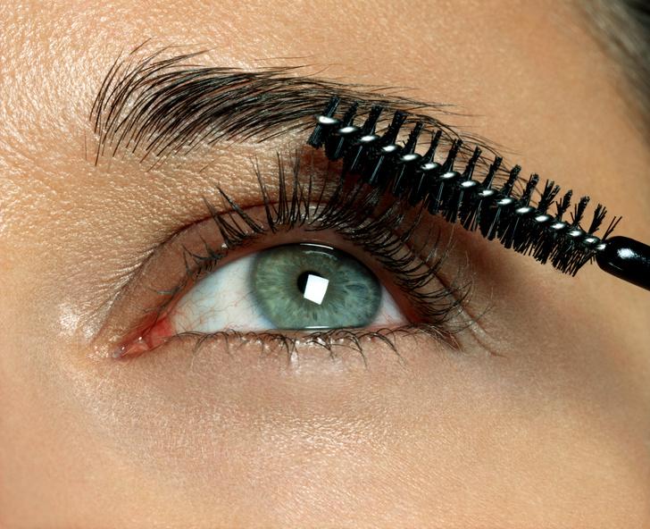 Фото №2 - Страшно смотреть: что будет, если не смывать макияж глаз 👀