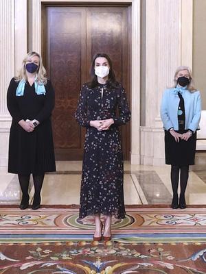 Фото №4 - Универсальный наряд: самое любимое платье королевы Летиции (спойлер— оно из масс-маркета)