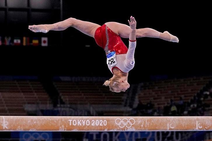 Фото №1 - Болеем за наших гимнасток в финале командного многоборья на ОИ-2020 и любуемся личными фото
