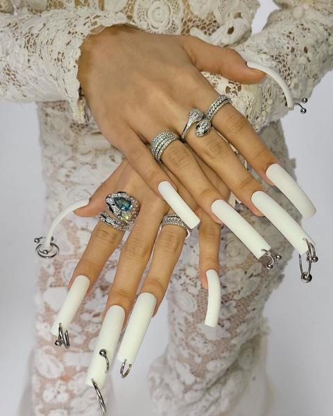 Фото №2 - Пирсинг ногтей: модный бьюти-тренд осени от Лисы из BLACKPINK