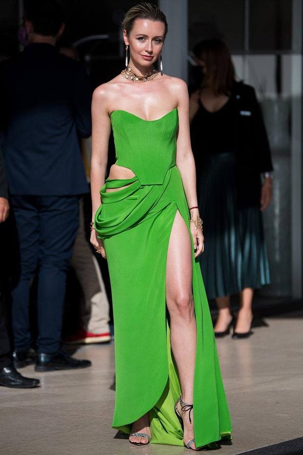 Фото №1 - Зеленое лето: Наталья Османн на красной дорожке Каннского фестиваля в платье самого модного оттенка этого сезона