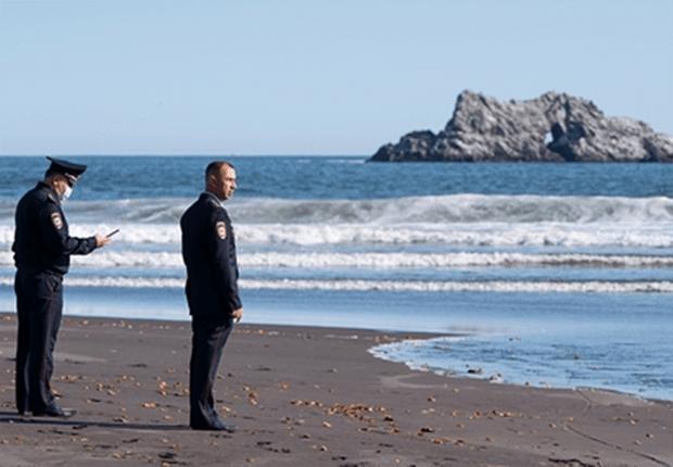 Фото №1 - Лучшие фотожабы на задумчивых полицейских у Тихого океана
