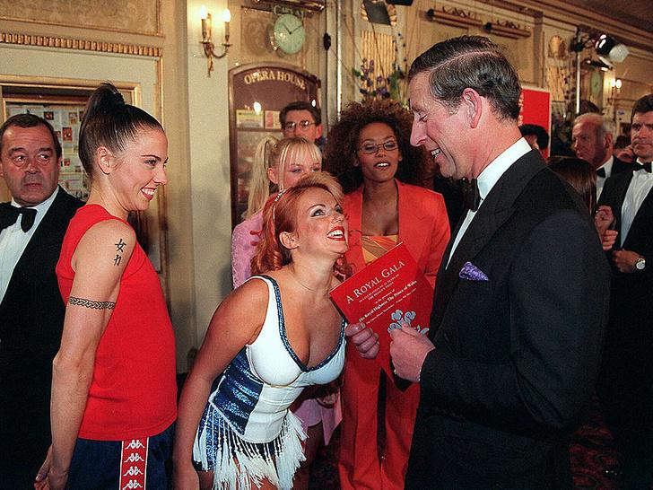 Фото №1 - 10 забавных конфузов, которые случились на встречах звезд с королевскими особами