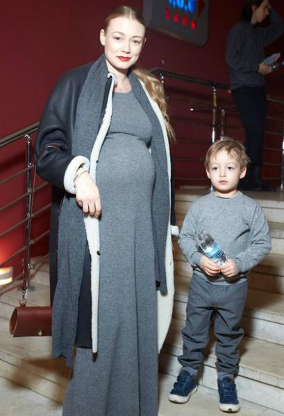Фото №1 - Лапочка-дочка: Оксана Акиньшина стала мамой в третий раз