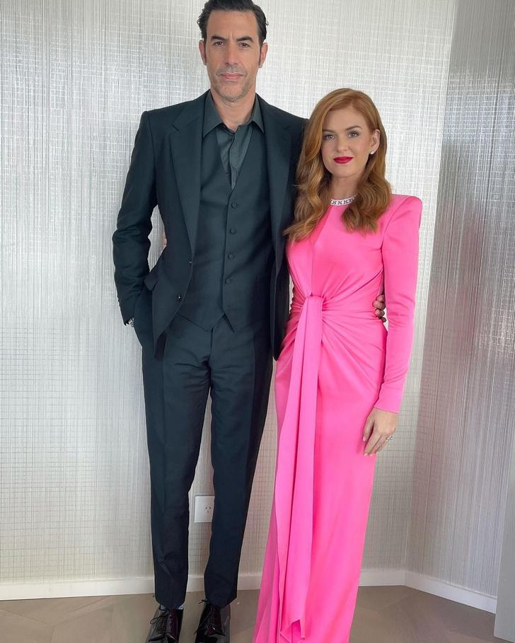 Фото №2 - Хит сезона: Айла Фишер в ярко-розовом платье Alex Perry на церемонии «Золотой глобус— 2021»