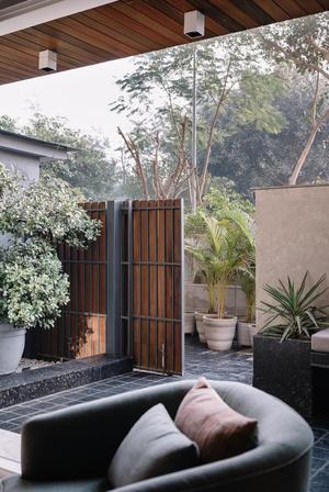 Фото №4 - Бетон и дерево: лаконичный интерьер квартиры в Дели