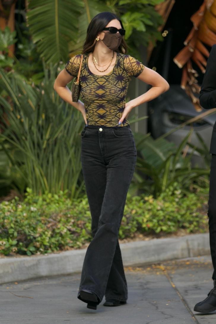 Фото №1 - Кендалл Дженнер показывает, как выглядят самые модные джинсы этого и следующего сезона