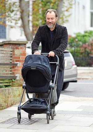 Фото №4 - Молодой папа: первые снимки Джуда Лоу с новорожденным ребенком