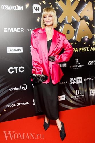 Фото №10 - Валерия удалила лишнее, Бузова вдохновилась собой: как звезды исправили свои модные ошибки на фестивале «Жара»