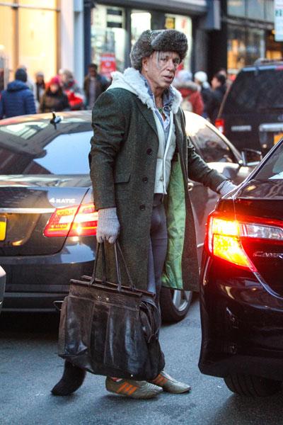 Фото №1 - Микки Рурк опозорился на улицах Нью-Йорка