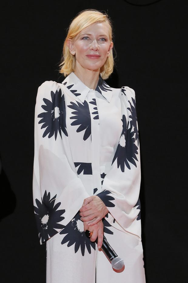 Фото №1 - Ромашки в негативе: самый элегантный образ Кейт Бланшетт на Венецианском кинофестивале