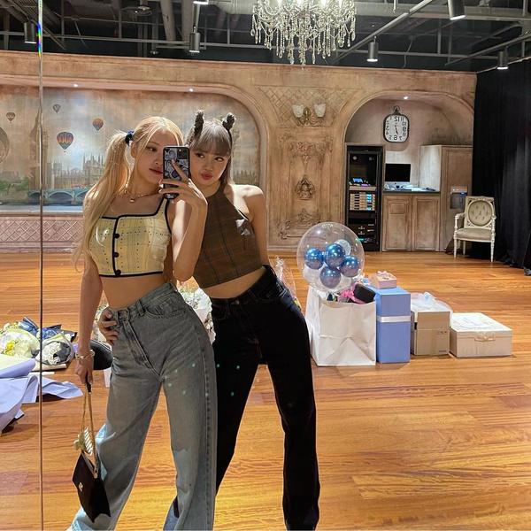 Фото №1 - Модные прически для прогулки с подругой: показывают Розэ и Лиса из BLACKPINK