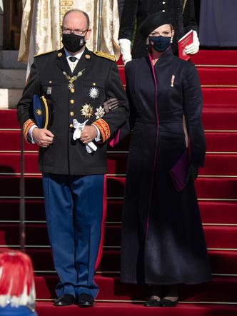 Фото №4 - «Траурный» берет и странное пальто: княгиня Шарлен снова не угадала с образом