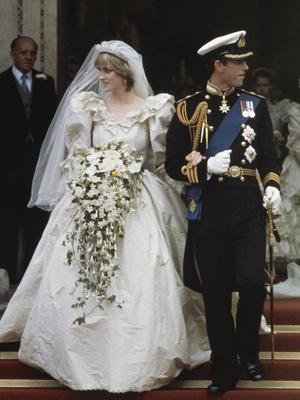 Фото №36 - От свадебных платьев до роскошных мехов: какие образы Виндзоров повторили в сериале «Корона»