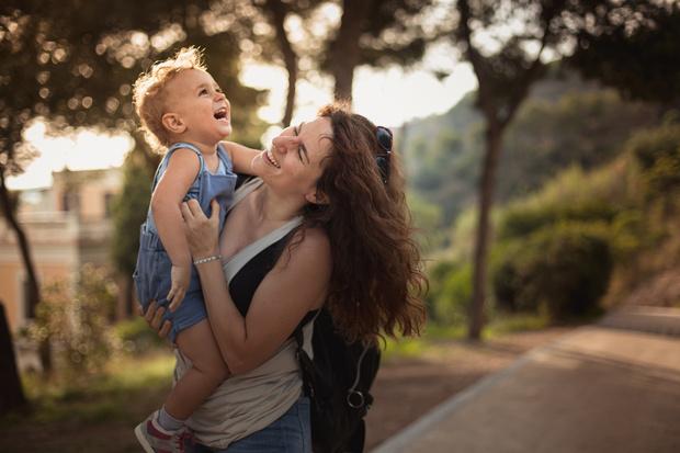 Фото №1 - Психолог: почему нельзя щекотать ребенка, даже играя