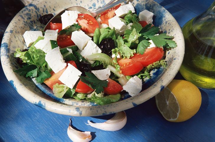 Фото №4 - Отдай врагу: 6 салатов, которые вреднее фастфуда