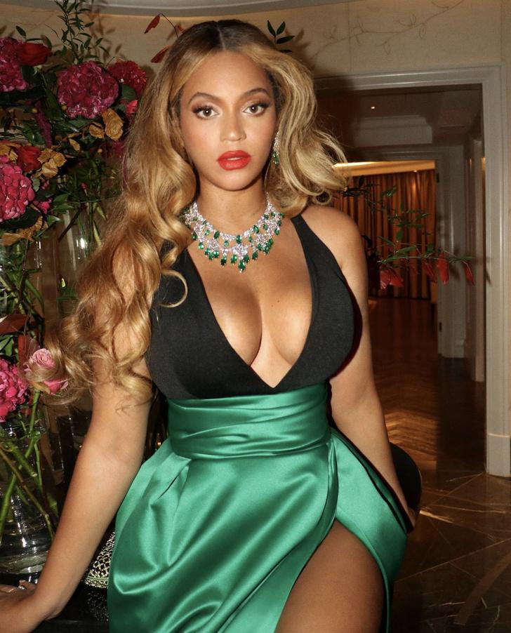 Фото №2 - Бейонсе «взорвала» интернет изумрудным платьем с высоким разрезом
