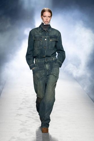 Фото №2 - Самые модные джинсы осени и зимы 2021/22