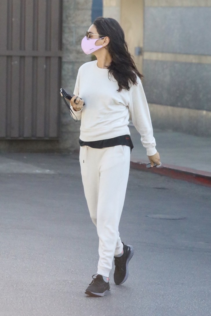 Фото №1 - Белый спортивный костюм + черная футболка: Мила Кунис в Голливуде