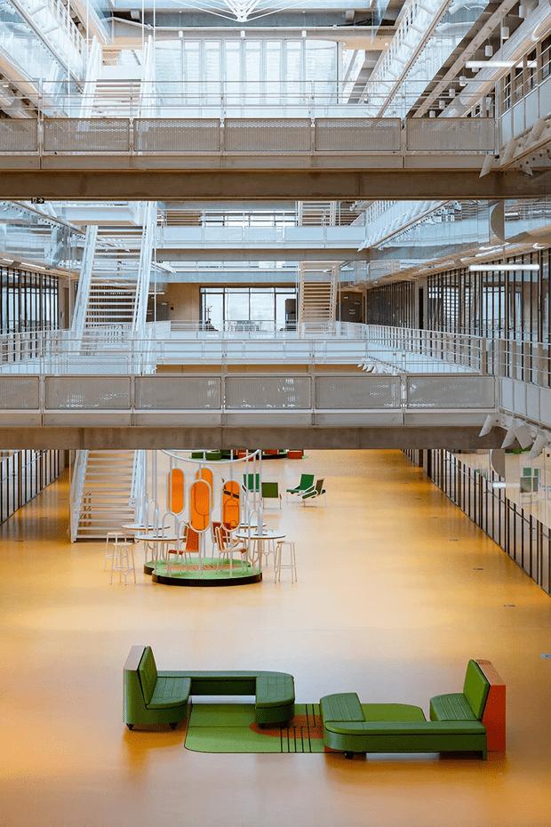 Фото №7 - Яркая мебель Матали Крассе в атриуме по проекту Ренцо Пьяно