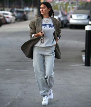 Фото №1 - Самая популярная одежда 2020-го + объемный пиджак: модное сочетание, которое стоит взять на вооружение