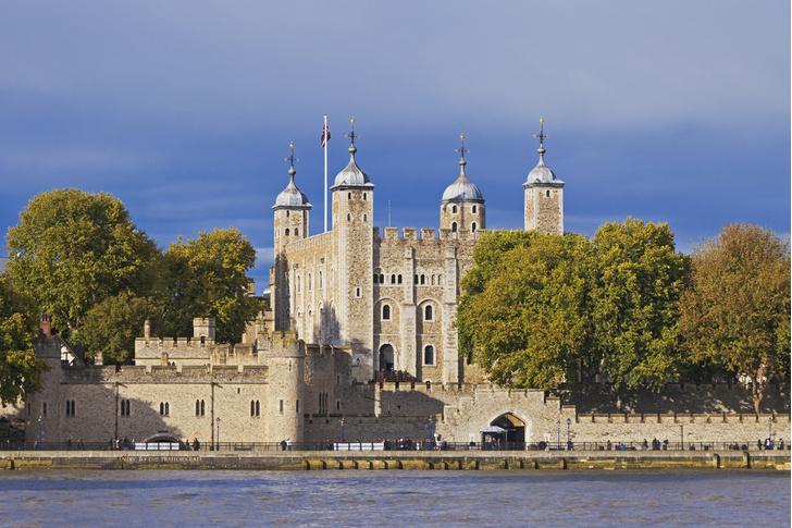 Фото №1 - Где хранятся коронационные регалии британских королей?