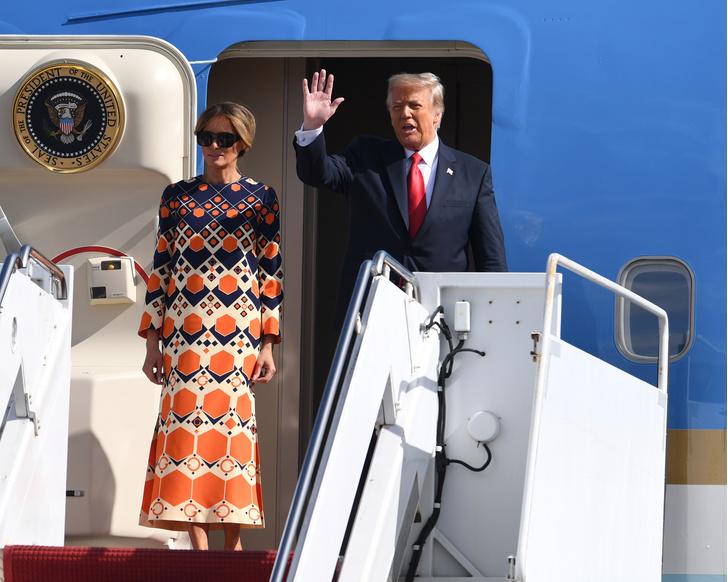 Фото №1 - Отпускное платье Gucci и широкая улыбка: Мелания Трамп с радостью возвращается к «обычной» жизни