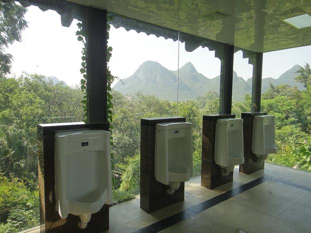 Фото №17 - 10 общественных туалетов с роскошными видами
