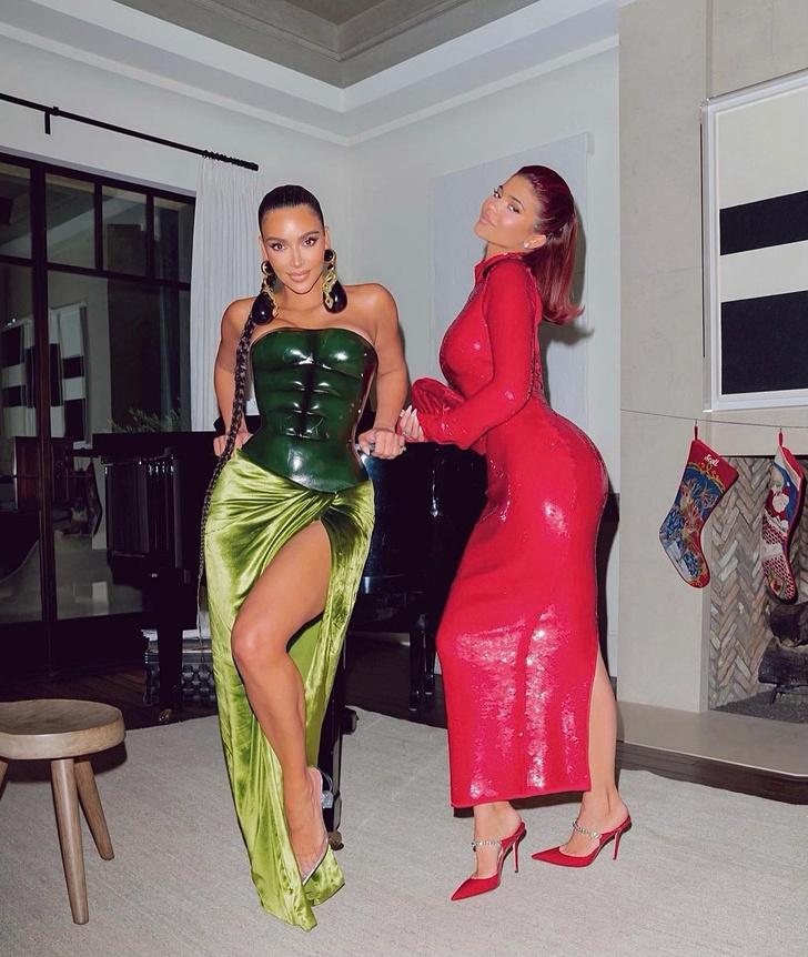 Фото №3 - Ким— похититель Рождества: Ким Кардашьян выбрала для праздничной вечеринки очень необычный образ