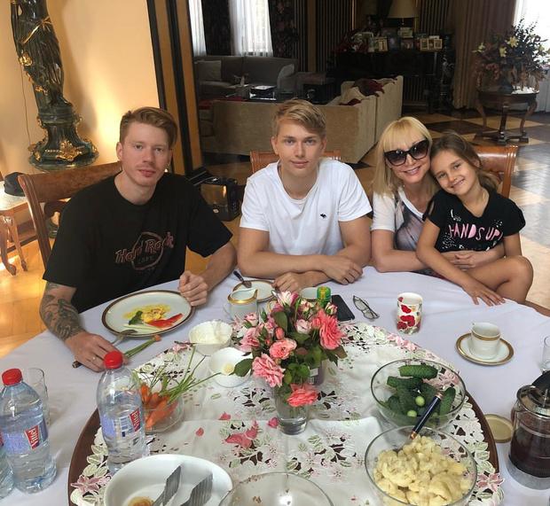 Фото №13 - Чем завтракают дети Пугачевой, Бони и других звезд: фото
