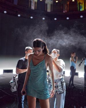 Фото №3 - Что случилось? The Weeknd пришел на премию AMAs с перебинтованной головой 🤕