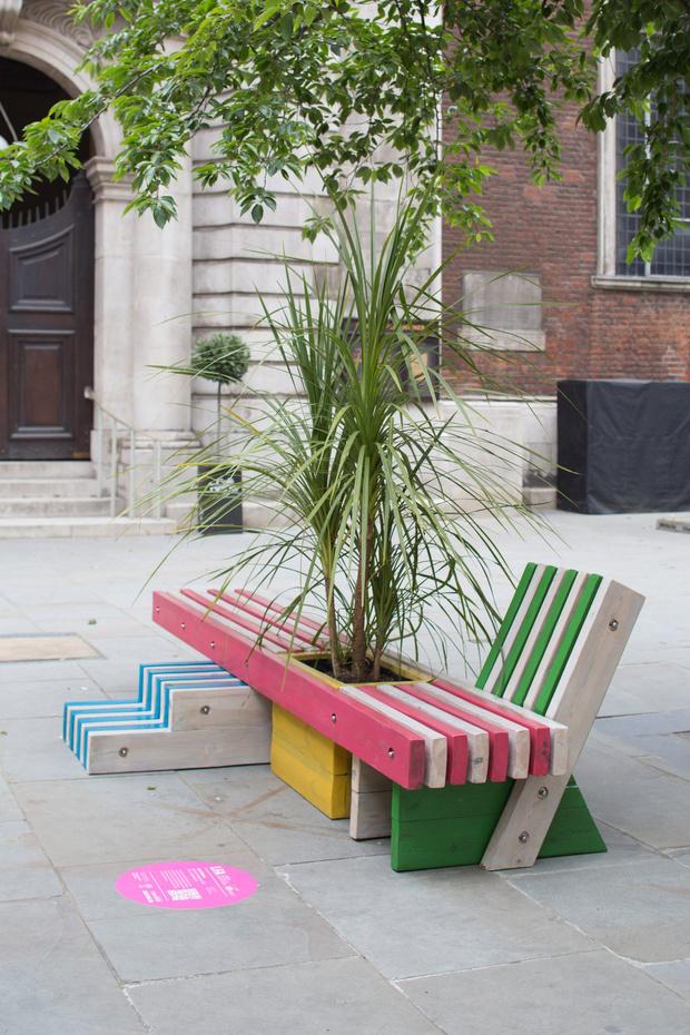 Фото №4 - Дизайнерские скамейки украсили улицы Лондона