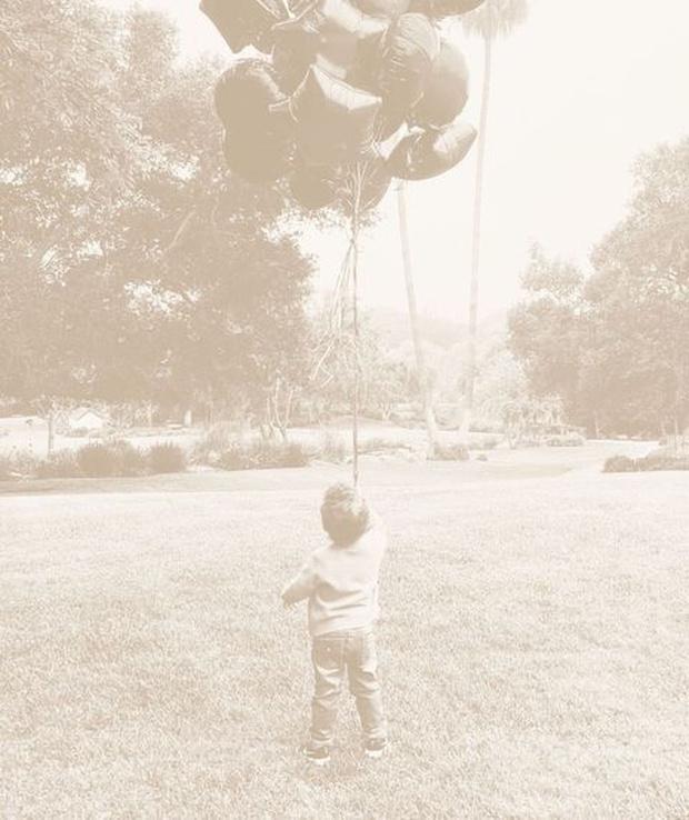 Фото №1 - Маленький принц: Меган Маркл поделилась трогательным фото своего сына Арчи в крошечных джинсах