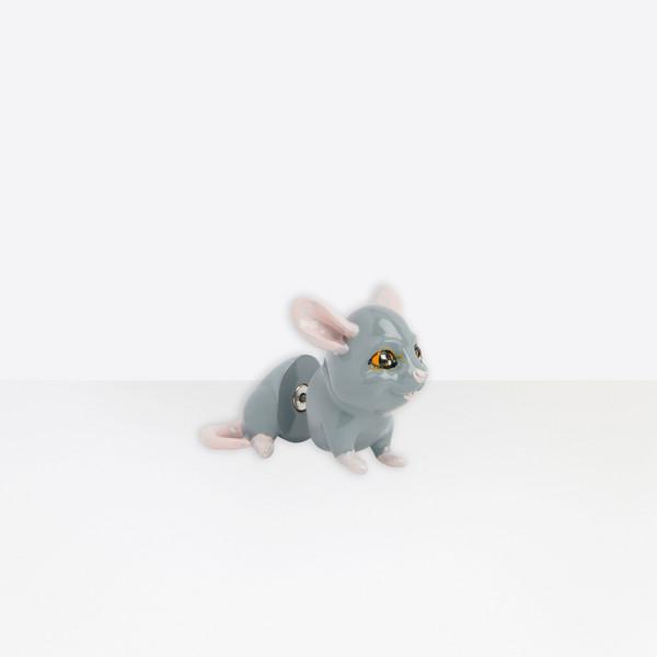 Фото №2 - Забавная моносерьга в виде мышки Balenciaga: показывает Марк Джейкобс
